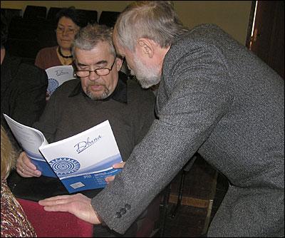 Главный редактор журнала «Двина» Михаил Попов и поэт Александр Росков обсуждают материалы свежего номера